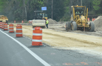 Crews work next to the southbound lanes of US 19 near the south end of the project (2/19/20 photo)