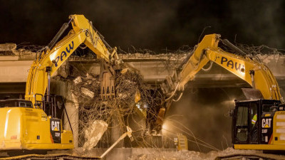 Removing steel and concrete from the Overpass Road bridge over southbound I-75 (2/13/2021 photo)